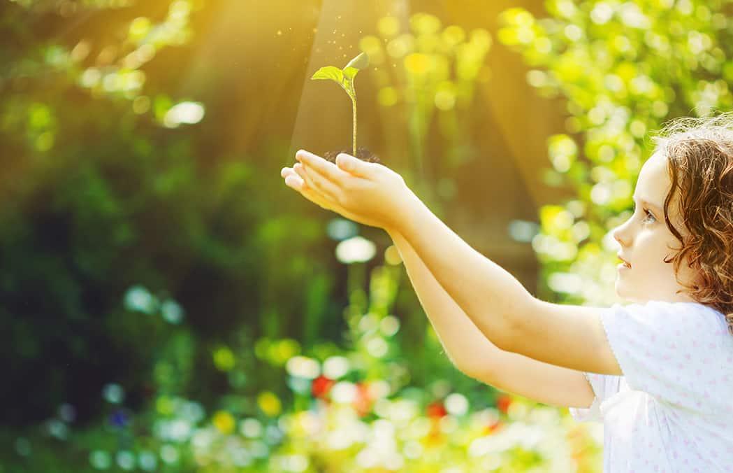 Dievčina s rastlinou v rukách