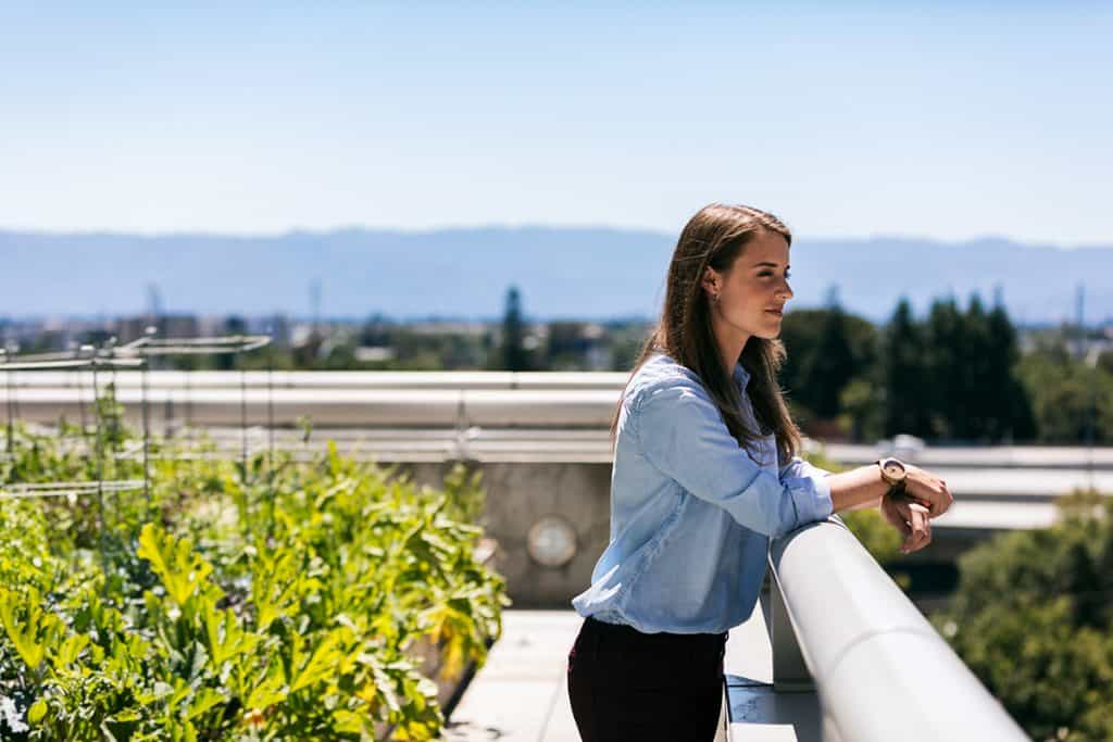 Žena na zelenej streche