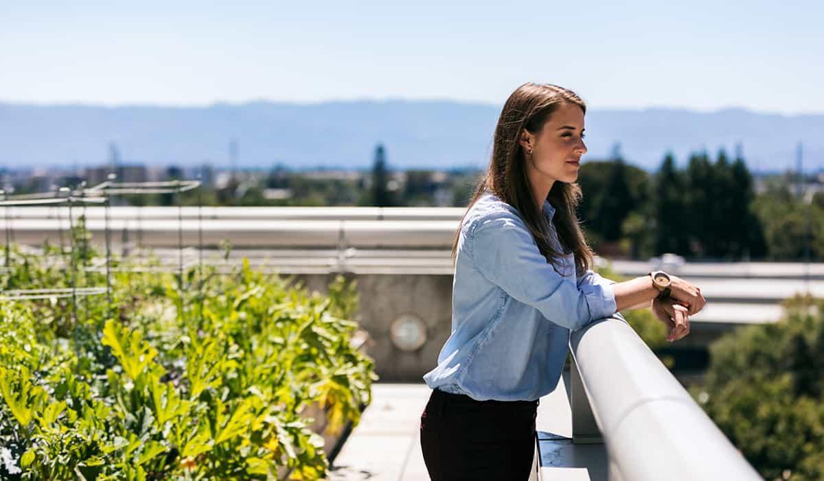 Žena na zelenech streche